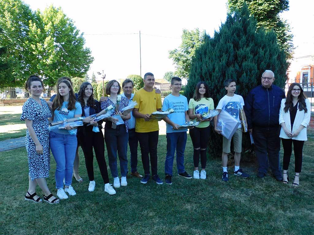 Načelnik Općine Josip Krnić darovao je učenike koji su svih osam razreda postizali odličan uspjeh